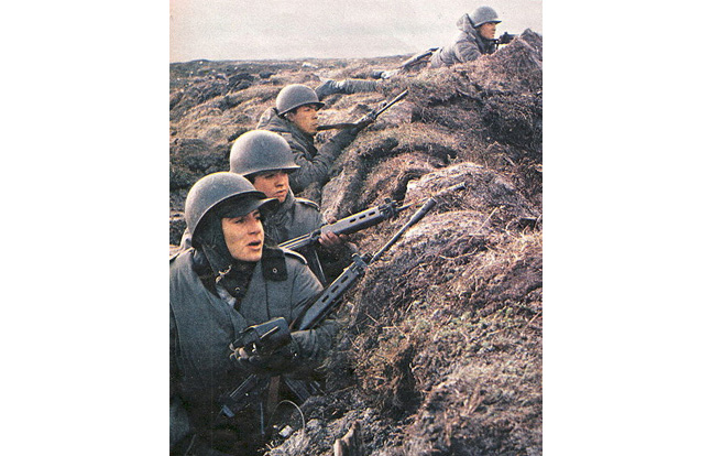 Argentine soldiers fighting with the FN FAL in the Falklands.