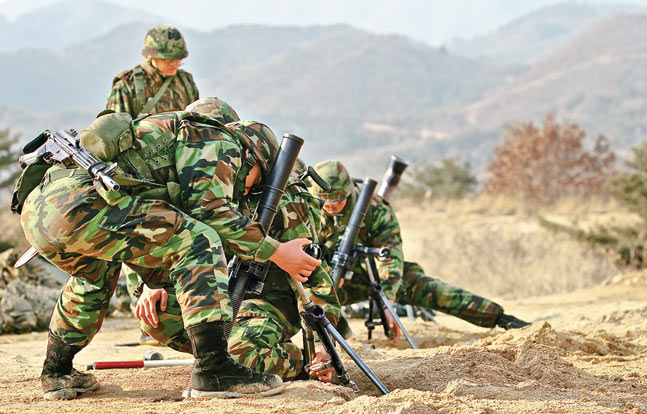 ROK Marines preparing to fire 60mm mortars. Note that since these Marines operate crew-served weapons, they carry the Daewoo K1 instead of the K2.