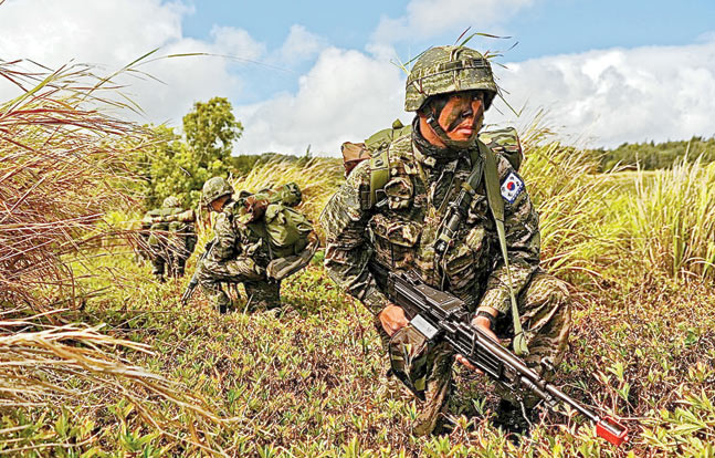 ROK Marines training in Hawaii alongside U.S. Marines. The ROK Marine is armed with the Daewoo K3 squad automatic weapon.